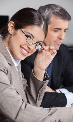 Attraktive Geschäftsfrau mit Brille bei einem Meeting im Büro